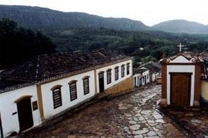 Vista do Casario destacando também, ao fundo e acima, a Serra São José envolvida pela Mata Atlântica [acervo do autor]
