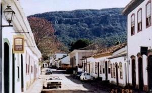 Vista da entrada do Centro Cultural Yves Alves, à esquerda, da Antiga Cadeia, mais à frente e à direita na cor rosa e da Serra São José, ao fundo [acervo do autor]