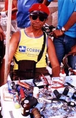 Relojoeiro na Feira da Prata<br />Foto Mariana Dias Vieira