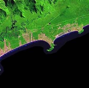 Urbanização no litoral de São Paulo, proximidade entre a Riviera de São Lourenço e a favela do Indaiá [Website Embrapa]
