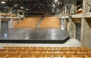 Teatro SESC da Pompéia, vista do palco em direção a uma das arquibancadas, percebendo-se as galerias<br />Foto Nelson Kon