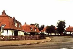 Cottages projetadas em 1906 por Parker ed Unwin para a Garden City Tennants Ltd [www.letchworthgardencity.net]