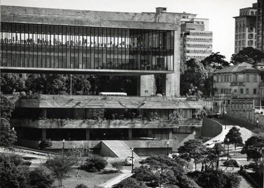 Vista externa do Masp com as áreas expositivas sem persianas, totalmente transparentes, cerca de 1968
