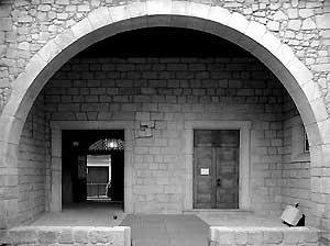 Páteo da Alfândega. Em primeiro plano vê-se a soleira da porta original da Alfândega (1325). <br />Fotografia: Ferreira Alves
