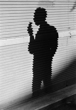 Sombra do fotógrafo José Medeiros, Rio de Janeiro, 1946<br />Foto Thomaz Farkas  [Acervo Instituto Moreira Salles]