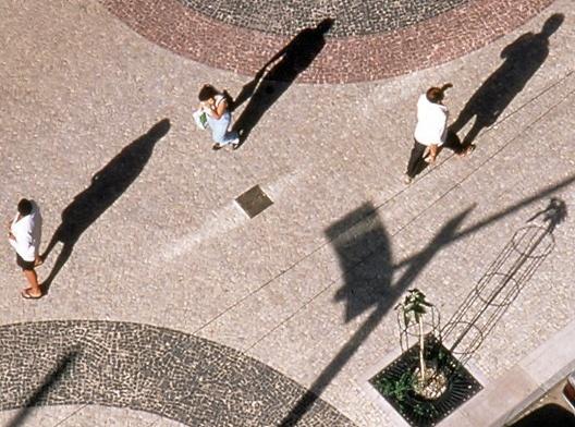01 Tratamento de piso com pedras portuguesas coloridas na av Ataulfo de Paiva, Projeto Rio Cidade Leblon, escritório Índio da Costa Arquitetura<br />Foto divulgação