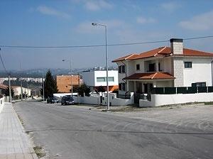 A rua e a casa. O alçado principal<br />Foto do autor