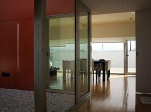 Do àtrio, o pátio cor de laranja e a sala<br />Foto do autor