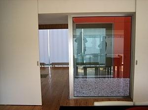Da sala, o pátio cor de laranja e o átrio<br />Foto do autor