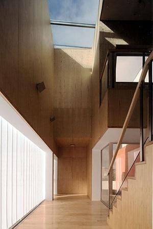 O átrio, com a escada e o pátio cor de laranja<br />Foto Fernando Guerra, Sérgio Guerra  [NEVES, José Manuel (ed.), Casas contemporâneas, Caleidoscópio, 2005]