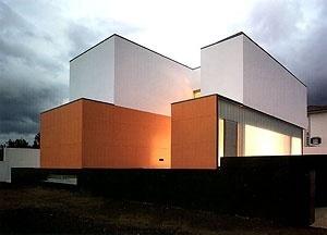 O topo cor de laranja, fachada principal e o pátio laranja<br />Foto Fernando Guerra, Sérgio Guerra  [NEVES, José Manuel (ed.), Casas contemporâneas, Caleidoscópio, 2005]