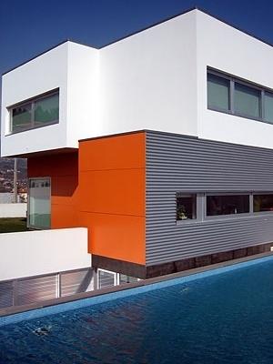 O outro topo cor de laranja, a cozinha (a janela do espaço anexo não é visível) e a piscina<br />Foto do autor