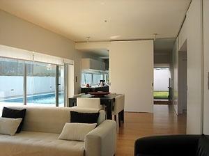 A sala, a cozinha e o terceiro espaço. Portas/painéis abertos e fechados<br />Foto do autor