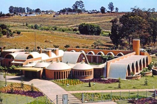 """Casa dos Clarestianos, Batatais, 1981-84. Affonso Risi e José M. Nogueira<br />Foto José Carlos Fioretto  [ANELLI, Renato. """"Architettura contemporanea: Brasile"""", p. 81]"""