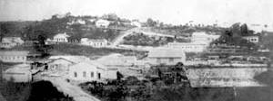 Em primeiro plano Rua do Comércio, Estação e Armazém ferroviário. Ao fundo, Núcleo Colonial. Provavelmente 1900 [Acervo do Museu de Ribeirão Pires]