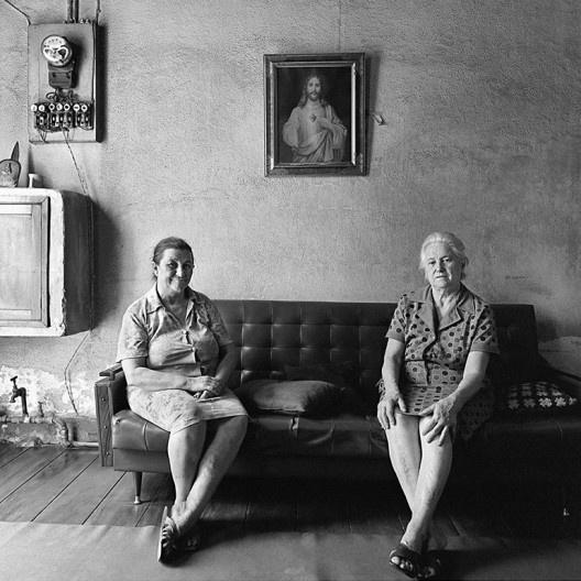 Duas mulheres sentadas no sofá, São Paulo SP, 1975<br />Foto Cristiano Mascaro