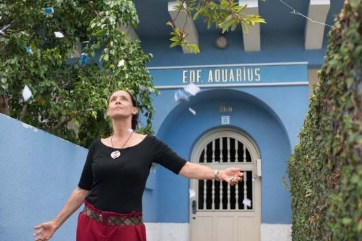 """Clara, protagonizada por Sonia Braga, diante do edifício """"Aquarius"""", filme de Kleber Mendonça Filho<br />Foto Victor Jucá / divulgação"""