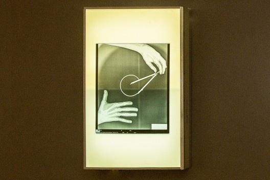 """Negatoscópio com lâmina de raio X com mãos e compasso, peça da exposição """"Melancolia 3"""", de Marco do Valle<br />Foto divulgação"""