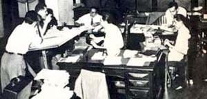 Redação do Jornal do Brasil, 1958: Odylo Costa (à esquerda com cigarro na mão), diante das máquinas de escrever, Jânio de Freitas (ao centro) e Ferreira Gullar (à direita): o novo jornalismo (imagem reproduzida da coleção Nosso Século).