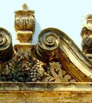 10. Trecho do frontão da portada da capela de N. S. do Patrocínio<br />Foto do autor