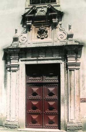 12. Portada principal da igreja de N. S. da Piedade, Santarém, Portugal<br />Foto do autor