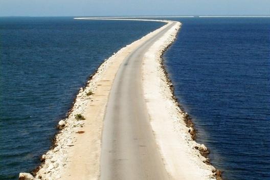 Pedraplén sobre el mar, de 48 km de largo, que comunica a Caibarien con el Cayo Santa María. Obra que ganó en el año 2001 el premio Internacional Español Puente de Alcantara