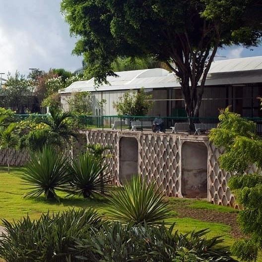 Hospital Sarah, vegetação e entrada de ar pelo subsolo, Salvador. Arquiteto João Filgueiras Lima, Lelé<br />Foto Nelson Kon