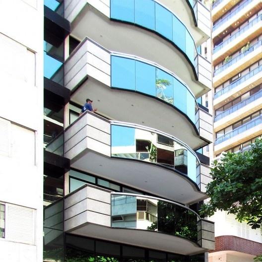 Varandas balanceadas sobre o afastamento mínimo frontal: guarda-corpo com panos cegos e vidros, Rio de Janeiro, década de 1990<br />Foto Andréa Redondo