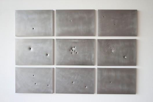 """Clara Ianni, """"Natureza Morta ou estudo para Ponto-de-fuga"""", metal com furos de balas: 35mm, 38 super, 40mm, 22mm, festim 4.5, calibre 12.42, 12SG, calibre 12.50AE, 2011<br />Foto divulgação  [Blog da artista]"""