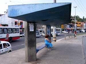Figura 18 – Abrigo Padrão RENURB com banco<br />Foto do autor