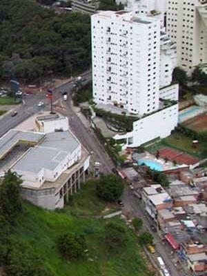 Vista aérea del barrio de Morumbi, Sao Pablo. Favelas al lado de edificios<br />Foto Rein Geurtsen Workshop Rios Urbanos, 2003