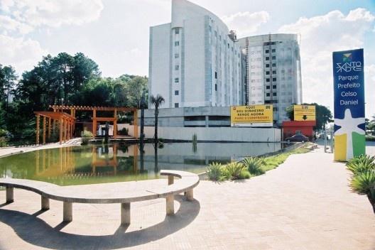 Complexo Hoteleiro Ibis/Mercure. Vista do novo acesso aberto ao lado dos hotéis, como estratégia de implantação do empreendimento [Acervo da autora, 2003]