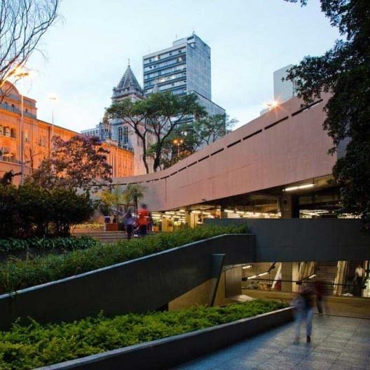 """Estação São Bento de metrô, linha 1, São Paulo. Marcello Fragelli (coordenador) e equipe de arquitetos<br />Foto Nelson Kon  [FRAGELLI, Marcelo. """"Quarenta anos de prancheta""""]"""