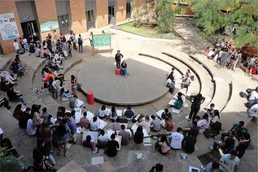 Teatro de Arena com alunos em aula de desenho. Escola de Artes e Arquitetura da PUC-Go<br />Foto Roberto Cintra