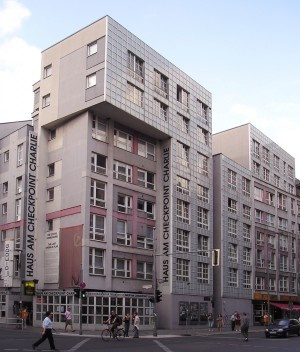 Casa em Checkpoint Charlie, Berlin-Kreuzberg, Arquiteto Peter Eisenman<br />Foto Friedrichstrasse  [Wikimedia Commons]