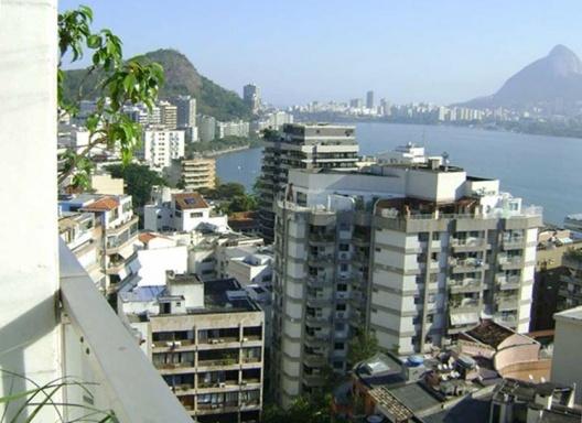 Prédio na Fonte da Saudade, Rio de Janeiro, onde o intervalo da varanda é um espaço de contemplação da paisagem<br />Foto Helena Lacé