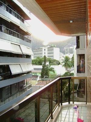 Prédio em Botafogo, Rio de Janeiro, onde o intervalo da varanda atua como filtro da casa<br />Foto Helena Lacé