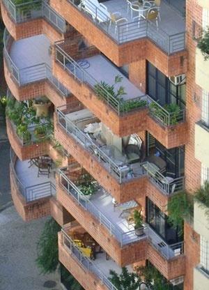 A varanda como espaço de transição entre a casa e a rua<br />Foto Helena Lacé