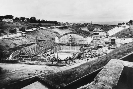 Estádio e complexo poliesportivo do Pacaembu, construção, São Paulo, anos 1940<br />Foto divulgação  [Acervo Cia. City / livro <i>Museu do Futebol</i>]