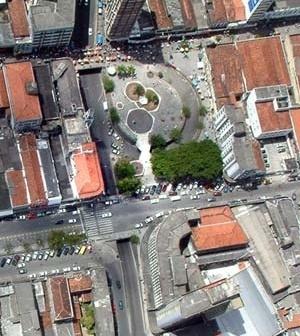 Praça Vidal de Negreiros e a referência limítrofe do Viaduto Damásio Franca. Ao fundo, parte da residência dos Ávila Lins e edifícios Duarte da Silveira, respectivamente, da esquerda para direita [Arquivo pessoal, 2004]