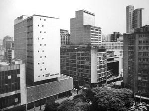 Os três edifícios, da esquerda para direita, na seqüência anterior