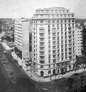 Em primeiro plano, o edifício São Luiz; ao fundo, o edifício São Bartolomeo; à direita, o edifício de apartamentos Caetano de Campos; andaimes do edifício São Nicolau