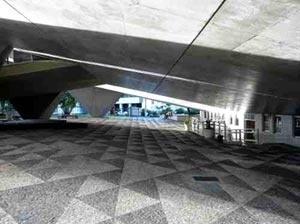 Figura 15: A amplidão sombreada do exterior do teatro<br />Foto do autor
