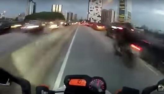 Frame do vídeo <i>Mike Terrorista – voando baixo na marginal Pinheiros</i><br />Foto divulgação  [Canal Youtube Leon S. Kennedy]