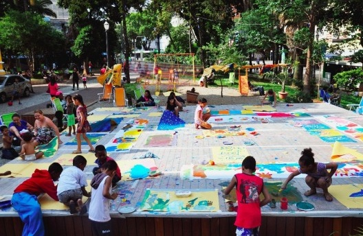 The disputed territory: unused public space, dominated by traffic and prostitution agents, is conquered for the use of children and families. Open Center Program, Largo do Paissandú<br />Foto/Photo Red OCARA, 2014