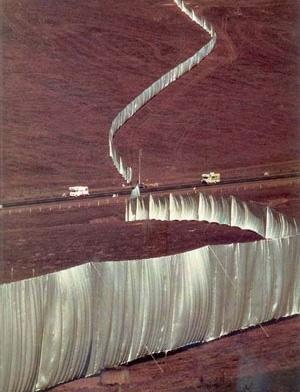 Christo e Jeanne-Claude, Running Fence, 1972, California. Aço e nylon, 5,5mx39km [KASTNER, Jeffrey e WALLIS, Brian, Land and Environmental Art, Londres, Phaidon, 1998]