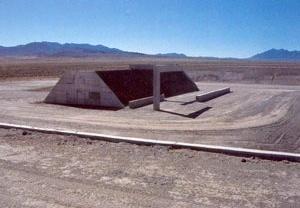 Michael Heizer, Complex City, 1972, Nevada. Concreto, aço, terra compactada; 7x366x159 m [KASTNER, Jeffrey e WALLIS, Brian, Land and Environmental Art, Londres, Phaidon, 1998]