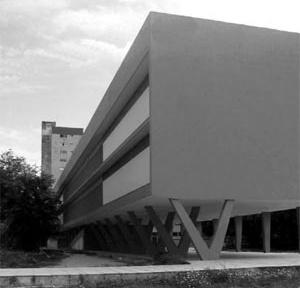 Fachada lateral esquerda do Edificio do IEP, localizado no entorno do Parque 13 de Maio em Recife.Observar a adoção de recursos da modernidade [foto da autora]