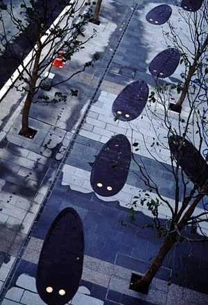 """""""Urban Fossil"""", dez peças 1,8 X 0,9 metros em ferro fundido implantadas diretamente na calçada. Projeto de fossil para ser descoberto daqui há dez mil anos. Tóquio, 1993"""