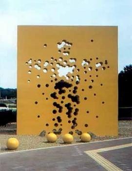 """""""Terreno Baldio FC"""", obra em concreto armado pintado, 5 X 4 metros, monumento em frente ao Estádio de Shizuoka que sediou a última Copa do Mundo, Shizuoka, 2001"""